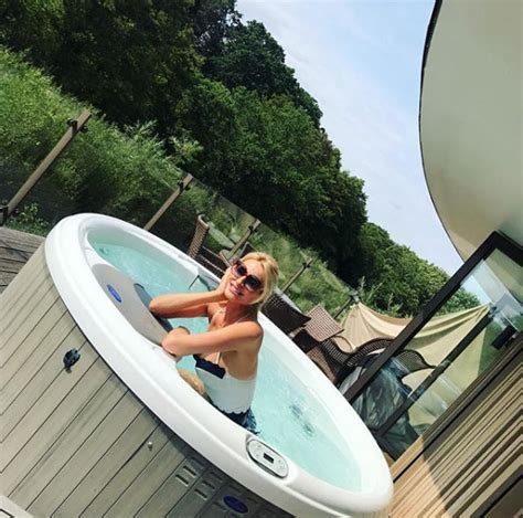 Tess Daly shows off her amazing £3,000 a night holiday ...