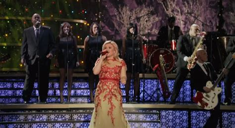 video kelly clarkson performs under the tree