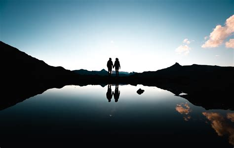 wallpaper couple pair lake reflections silhouette
