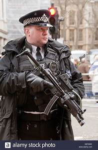 Armed police officer with submachine gun in London Stock ...