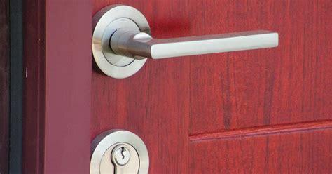 bagaimana  memasang gagang pintu rumah informasi
