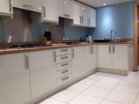 white kitchen dark wood worktop modern hledat googlem