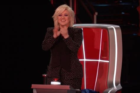 Kelly Clarkson's 'The Voice' Chair Suffers Malfunction And ...