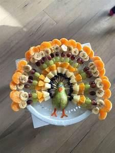 Idée présentation fruits en forme de paon pour goûter