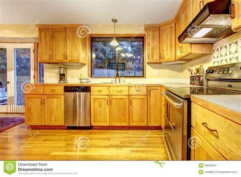 cuisine en dur cuisine en bois d 39 or avec le plancher en bois dur photo