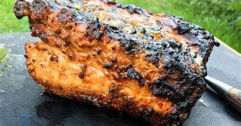 cuisiner au barbecue travers de porc au barbecue recette travers de porc au kamado joe recette par chef simon