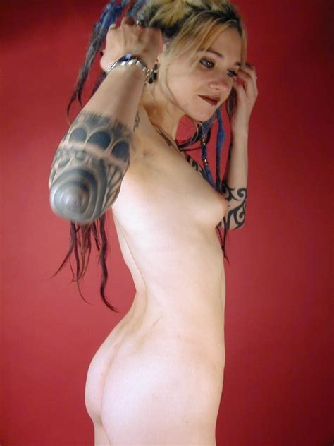 Kinky Goth Girl Strips Naked And Spreads Her Shaved Pussy Pichunter