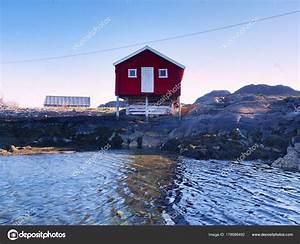Haus Auf Dem Wasser : rotes haus auf dem felsen in der n he von wasser die seelandschaft mit traditionellen roten ~ Markanthonyermac.com Haus und Dekorationen