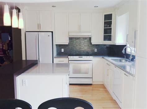 peinturer un comptoir de cuisine cuisine en bois laqué blanc comptoir de quartz gris et en