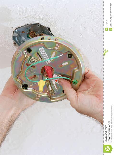fixation ventilateur de plafond fixation de la plaque de ventilateur dans le cadre de plafond photographie stock image 1173272