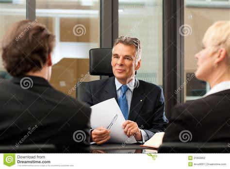 bureau avocat avocat ou notaire avec des clients dans bureau photo