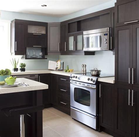 cuisine armoire brune armoires de cuisine de style contemporain l 39 îlot et la
