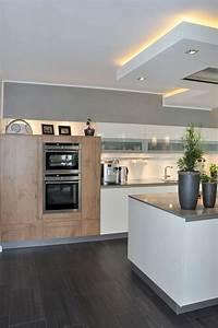 Arbeitsplatte Küche Beige : perfekt beige hochglanz kuche und holz arbeitsplatte luxe kombination boden sockelleiste und ~ Indierocktalk.com Haus und Dekorationen