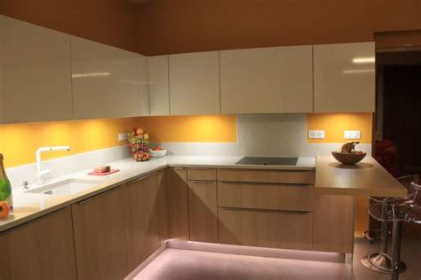 cuisine blanche et bois clair bois clair façade blanche et quartz pailleté cuisine à