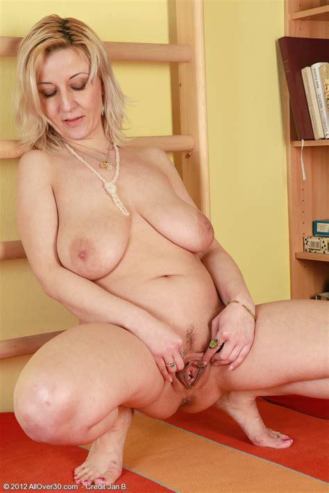 blond housewife brenda expose her pink clam milf fox