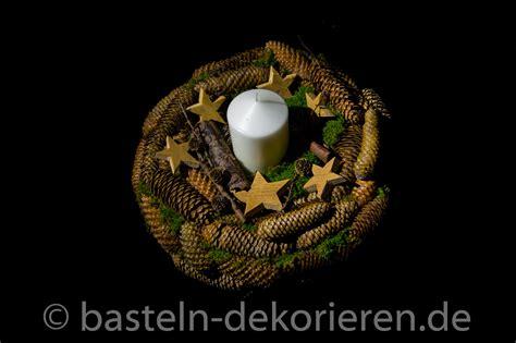 kranz aus tannenzapfen kranz aus tannenzapfen basteln in der adventszeit basteln und dekorieren