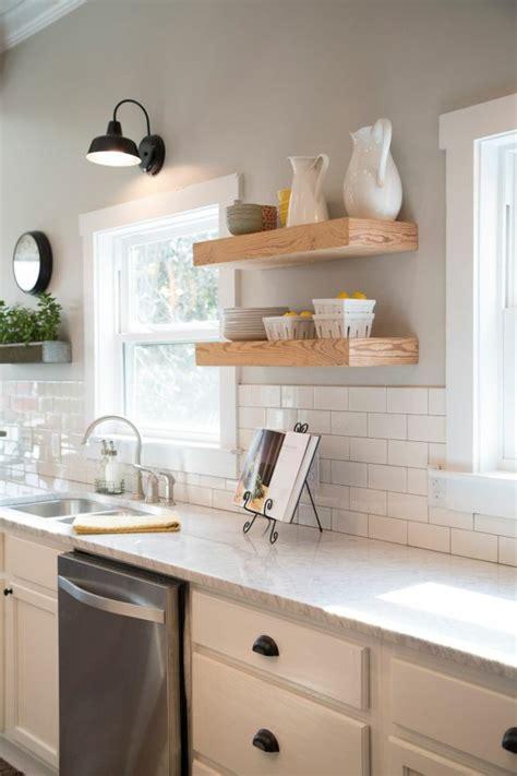 tablette de cuisine idée décoration cuisine avec rangements ouverts