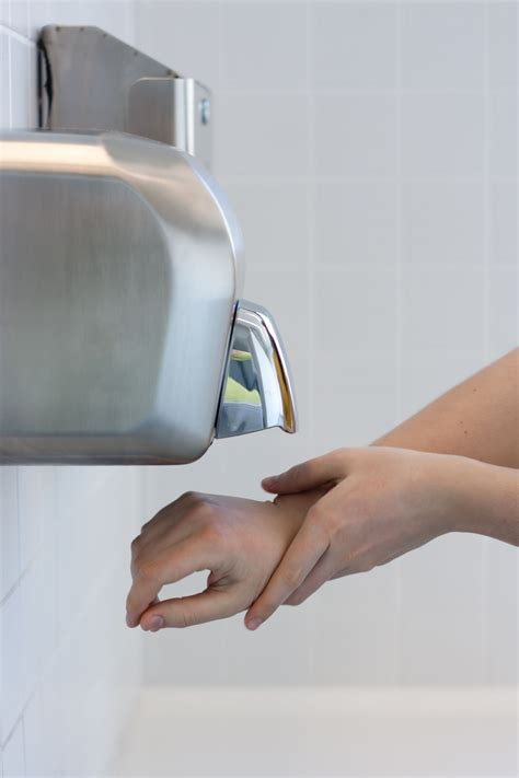 hand dryers spread  germs  paper towels