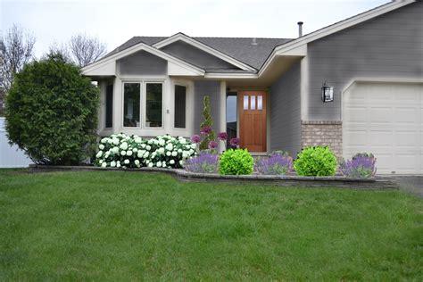 Modernes Haus Mit Garten by Modern White Wall Garden In Front Of House Ideas That