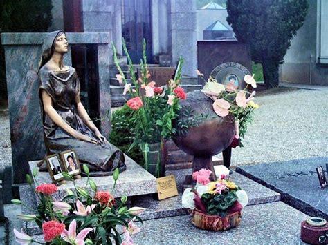 Presa di posizione anche della presidente della provincia silvia chiassai martini: Mia Martini: come è morta quando è morta. Età, altezza ...