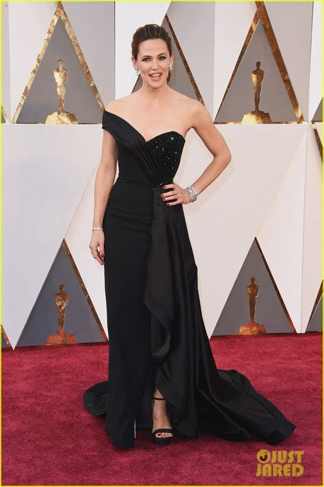 Karpet Scoopy 2016 garner goes classic in black for oscars 2016