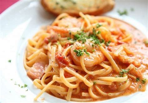 Pasta ar garnelēm krēmīgā tomātu un siera mērcē | Recipe ...