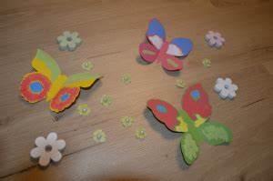 Schmetterlinge Aus Tonpapier Basteln : schmetterlinge basteln einfache gestaltungsideen aus tonkarton und fingerfarbe ~ Orissabook.com Haus und Dekorationen