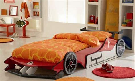 tapis chambre gar輟n voiture le lit voiture pour la chambre de votre enfant archzine fr