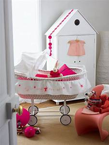 Berceau Bebe Blanc : un berceau rose et blanc pour enfant marie claire ~ Teatrodelosmanantiales.com Idées de Décoration