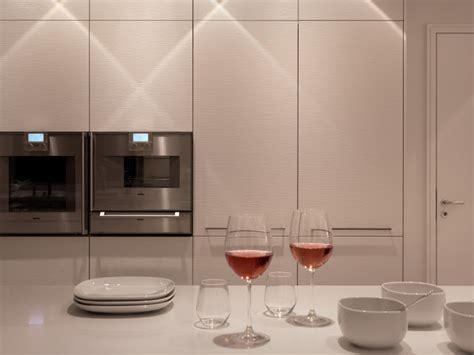 la cocina mas bella blanca  isla  mesa integrada