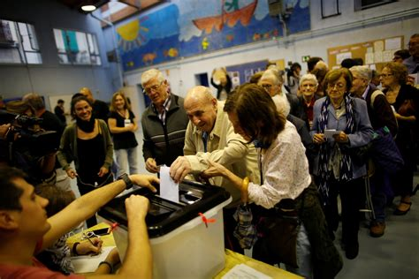 tenue d un bureau de vote catalonia s independence vote descends into chaos and