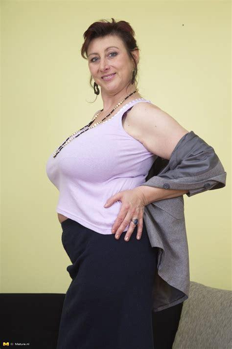 hefty breasted jana loves bringing off alone mom porn pics