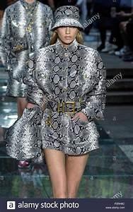 La Mode Est A Vous Printemps Ete 2018 : milan italie 16 juin 2018 milan mode homme printemps t 2019 d fil de versace dans l ~ Farleysfitness.com Idées de Décoration