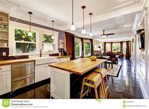 cuisine ile de cuisine avec l 39 île en bois de plan de travail photo stock