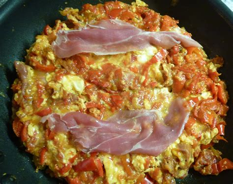 specialite basque cuisine ma cuisine gourmande fastoche pipérade plat d 39 origine basque avec oeufs légumes jambon cru