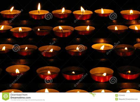 candele piccole piccole candele fotografia stock immagine di chiesa