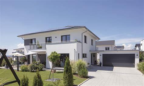 Stadthaus Mit Walmdach Und Garage  Haus  Haus Mit Garage