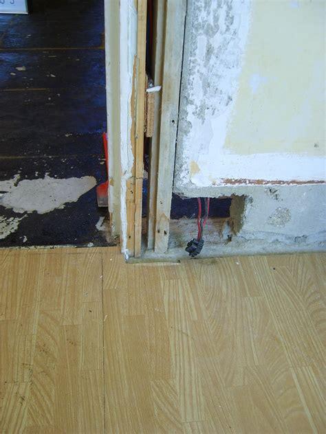 mettre plinthe carrelage sur bas de cadre de porte