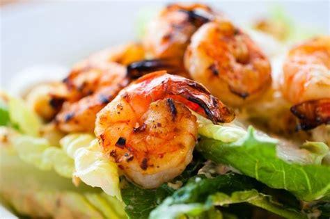 cuisiner des anneaux d encornets 1000 idées sur le thème salades de crevettes grillées sur