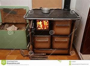 Feuer Den Ofen An : antiker ofen den ein holz brennender ofen mit feuer im ~ Lizthompson.info Haus und Dekorationen