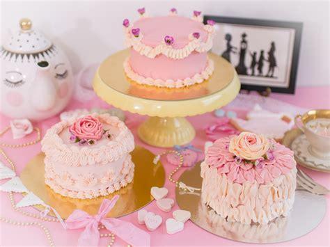 torten verzieren mit spritzbeutel anleitung torten verzieren beispiele torten dekorieren frau zuckerfee