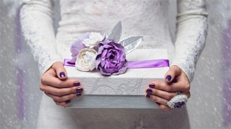 how much money should you spend on a wedding gift