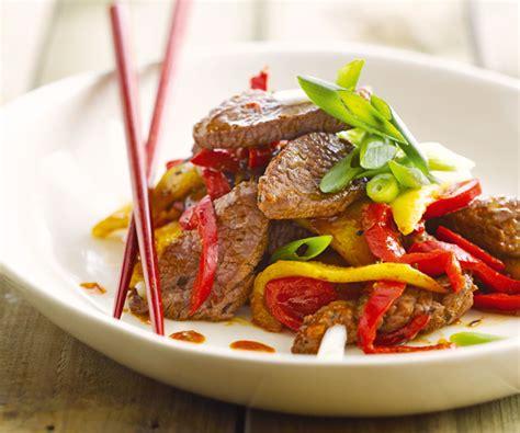 comment cuisiner des poivrons wok de bœuf à la mangue recette de cyril lignac