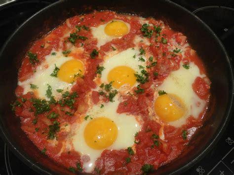 cuisine tunisienne pate au thon poêlée de tomates aux oeufs gourmandise en cuisine
