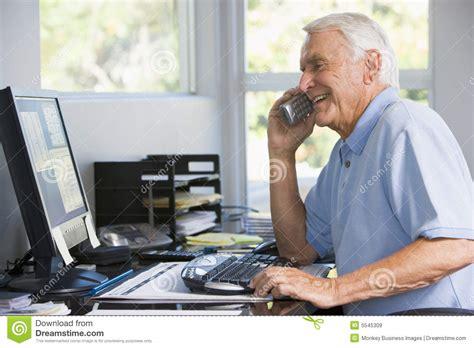ministero dell interno telefono uomo in ministero degli interni sul telefono per mezzo
