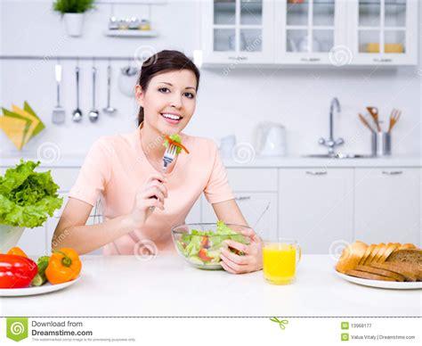 femme en cuisine femme avec la nourriture dans la cuisine