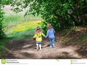 Hand In Hand Gehen : zwei kleine kinder gehen hand in hand stockfoto bild 40582392 ~ Markanthonyermac.com Haus und Dekorationen