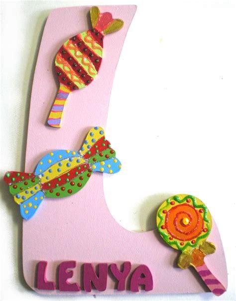 voyage autour de ma chambre plaque de porte lettre prénom thème bonbons billes de clowns