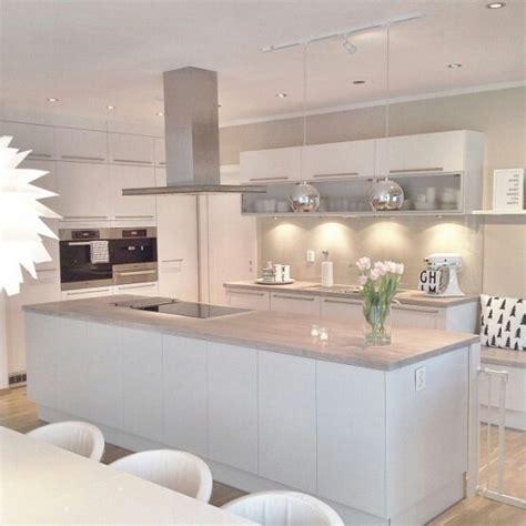 cocina perfecta blanca  encimera gris muy claro paredes