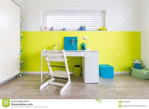 jeux bureau la salle de jeux des enfants avec le bureau photo stock